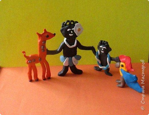 """Всем знакома песня про экзотический остров """"Чунга-чанга"""". Здесь катерок Чижик нашёл друзей: негритят, попугая и жирафа.  фото 1"""