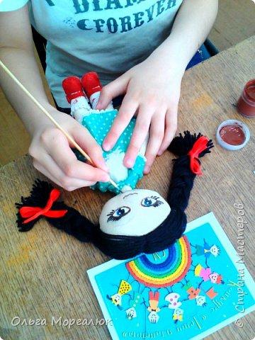 Ксюша занимается в объединении «Воображулька» первый год. Учится в 4 классе.  Любимая игрушка Ксюши - медвежонок. И мама, и бабушка в детстве играли плюшевыми мишками. Технология изготовления мягких игрушек меняется. Когда - то такие игрушки шили из плюша и набивали опилками, а сейчас их изготовляют из искусственного меха и набивают синтепоном. С раннего детства все помнят стихи Агнии Барто.  Уронили мишку на пол, Оторвали мишке лапу. Всё равно его не брошу - Потому что он хороший.          фото 16