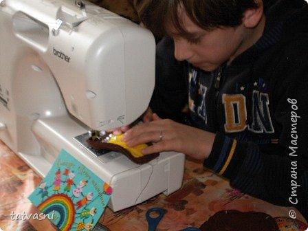 На конкурс Саша представляет любимого Чебурашку. Это настоящие муки творчества. Сшить игрушку , похожую на героя мультика, оказалось трудно. фото 6