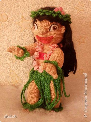 """Добрый день! Представляю ещё одну свою конкурсную работу: Лило - девочка с гавайского острова Кауаи. Мультфильм """"Лило и Стич"""" один из моих любимых. Стич у меня связан был давно, а вот Лило не было. Хотелось связать максимально похожей на озорную девочку из мультика и не по готовому описанию из интернета, а попробовать самой. Как всегда, воплощению задумки, поспособствовал очередной конкурс)) фото 1"""