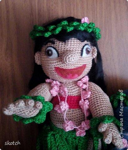 """Добрый день! Представляю ещё одну свою конкурсную работу: Лило - девочка с гавайского острова Кауаи. Мультфильм """"Лило и Стич"""" один из моих любимых. Стич у меня связан был давно, а вот Лило не было. Хотелось связать максимально похожей на озорную девочку из мультика и не по готовому описанию из интернета, а попробовать самой. Как всегда, воплощению задумки, поспособствовал очередной конкурс)) фото 14"""
