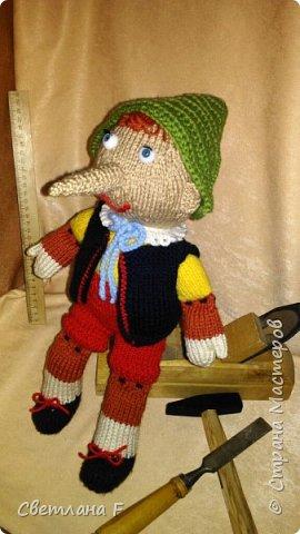 Здравствуй, Страна Мастеров! Представляю Вашему вниманию персонажа сказки итальянского писателя Карло Коллоди - Пиноккио. Сказку про Пиноккио знают взрослые и дети всего мира. Маленький деревянный мальчик заставляет нас верить в чудеса и в то, что добро всегда побеждает, а мечты сбываются! Мой Пиноккио настоящий итальянец - одет в национальный итальянский костюм,  главная особенность которого -  яркость и богатая цветовая палитра. Итак, встречайте, фото 1