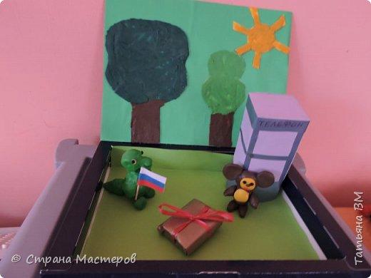 Герои этого советского мультфильма покоряют сердца наших современны детей и очень любим ими, растущими в современном мире. Поэтому символом нашей советской страны в настоящее время является уже не советский красный флаг с серпом и молотом, а российский триколор. Именно такой трехцветный флажок и принес так же  в подарок Гена своему другу Чебурашке. фото 1