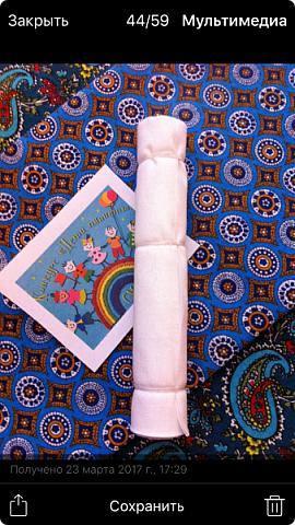 """Здравствуйте, когда на Вашем сайте был объявлен конкурс """"Дети планеты"""", моя ученица 7 класса Эрис Дарина сразу же откликнулась на мое предложение принять участие в данном творческом мероприятии и выбрала для себя номинацию ««Куклы (игрушки) народов мира».   Дарина человек творческий, целеустремленный, очень любит рисование и рукоделие, шьет красивые игрушки из фетра по собственным выкройкам.  На уроках технологии я познакомила девочек с традиционными славянскими обережными куклами и провела мастер-класс по изготовлению кукол к Пасхе. Дарину очень заинтересовало это декоративно-прикладное направление и она приняла решение выполнить творческий проект по изготовлению народной куклы, предварительно поискав на великих просторах Интернета дополнительный материал, связанный с историей и технологией изготовления тряпичных кукол. Выбор пал на куклу Ведучка. Дарина предлагает свой мастер-класс по изготовлению обереговой куклы столбушки-скрутки  Ведучка.  Ведучка — мать, бабушка, крёстная, сестра, а возможно, и мачеха или воспитательница, то есть та женщина, которая ведёт ребёнка за руку. Ведучка передаёт ребёнку свои знания, умения, учит быть в ладу с собой и окружающим миром, наставляет, одним словом -ведет по жизни…Ведучка — знающая берегиня,  трепетно и с любовью помогает своей воспитаннице познавать себя и окружающий её мир. Особенность Ведучки – руки женщины и ребёнка как одно целое. фото 2"""