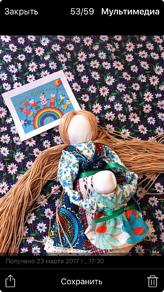 """Здравствуйте, когда на Вашем сайте был объявлен конкурс """"Дети планеты"""", моя ученица 7 класса Эрис Дарина сразу же откликнулась на мое предложение принять участие в данном творческом мероприятии и выбрала для себя номинацию ««Куклы (игрушки) народов мира».   Дарина человек творческий, целеустремленный, очень любит рисование и рукоделие, шьет красивые игрушки из фетра по собственным выкройкам.  На уроках технологии я познакомила девочек с традиционными славянскими обережными куклами и провела мастер-класс по изготовлению кукол к Пасхе. Дарину очень заинтересовало это декоративно-прикладное направление и она приняла решение выполнить творческий проект по изготовлению народной куклы, предварительно поискав на великих просторах Интернета дополнительный материал, связанный с историей и технологией изготовления тряпичных кукол. Выбор пал на куклу Ведучка. Дарина предлагает свой мастер-класс по изготовлению обереговой куклы столбушки-скрутки  Ведучка.  Ведучка — мать, бабушка, крёстная, сестра, а возможно, и мачеха или воспитательница, то есть та женщина, которая ведёт ребёнка за руку. Ведучка передаёт ребёнку свои знания, умения, учит быть в ладу с собой и окружающим миром, наставляет, одним словом -ведет по жизни…Ведучка — знающая берегиня,  трепетно и с любовью помогает своей воспитаннице познавать себя и окружающий её мир. Особенность Ведучки – руки женщины и ребёнка как одно целое. фото 9"""