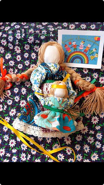 """Здравствуйте, когда на Вашем сайте был объявлен конкурс """"Дети планеты"""", моя ученица 7 класса Эрис Дарина сразу же откликнулась на мое предложение принять участие в данном творческом мероприятии и выбрала для себя номинацию ««Куклы (игрушки) народов мира».   Дарина человек творческий, целеустремленный, очень любит рисование и рукоделие, шьет красивые игрушки из фетра по собственным выкройкам.  На уроках технологии я познакомила девочек с традиционными славянскими обережными куклами и провела мастер-класс по изготовлению кукол к Пасхе. Дарину очень заинтересовало это декоративно-прикладное направление и она приняла решение выполнить творческий проект по изготовлению народной куклы, предварительно поискав на великих просторах Интернета дополнительный материал, связанный с историей и технологией изготовления тряпичных кукол. Выбор пал на куклу Ведучка. Дарина предлагает свой мастер-класс по изготовлению обереговой куклы столбушки-скрутки  Ведучка.  Ведучка — мать, бабушка, крёстная, сестра, а возможно, и мачеха или воспитательница, то есть та женщина, которая ведёт ребёнка за руку. Ведучка передаёт ребёнку свои знания, умения, учит быть в ладу с собой и окружающим миром, наставляет, одним словом -ведет по жизни…Ведучка — знающая берегиня,  трепетно и с любовью помогает своей воспитаннице познавать себя и окружающий её мир. Особенность Ведучки – руки женщины и ребёнка как одно целое. фото 10"""