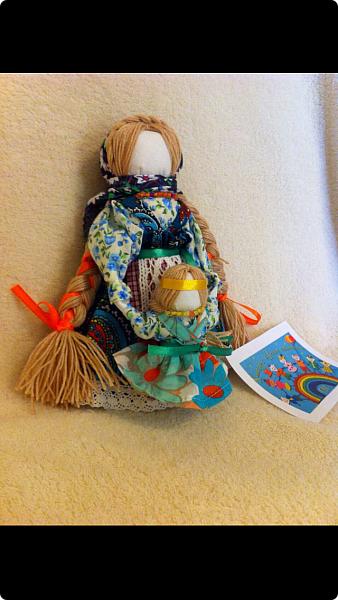"""Здравствуйте, когда на Вашем сайте был объявлен конкурс """"Дети планеты"""", моя ученица 7 класса Эрис Дарина сразу же откликнулась на мое предложение принять участие в данном творческом мероприятии и выбрала для себя номинацию ««Куклы (игрушки) народов мира».   Дарина человек творческий, целеустремленный, очень любит рисование и рукоделие, шьет красивые игрушки из фетра по собственным выкройкам.  На уроках технологии я познакомила девочек с традиционными славянскими обережными куклами и провела мастер-класс по изготовлению кукол к Пасхе. Дарину очень заинтересовало это декоративно-прикладное направление и она приняла решение выполнить творческий проект по изготовлению народной куклы, предварительно поискав на великих просторах Интернета дополнительный материал, связанный с историей и технологией изготовления тряпичных кукол. Выбор пал на куклу Ведучка. Дарина предлагает свой мастер-класс по изготовлению обереговой куклы столбушки-скрутки  Ведучка.  Ведучка — мать, бабушка, крёстная, сестра, а возможно, и мачеха или воспитательница, то есть та женщина, которая ведёт ребёнка за руку. Ведучка передаёт ребёнку свои знания, умения, учит быть в ладу с собой и окружающим миром, наставляет, одним словом -ведет по жизни…Ведучка — знающая берегиня,  трепетно и с любовью помогает своей воспитаннице познавать себя и окружающий её мир. Особенность Ведучки – руки женщины и ребёнка как одно целое. фото 11"""