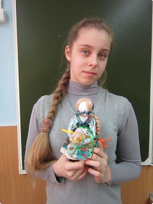 """Здравствуйте, когда на Вашем сайте был объявлен конкурс """"Дети планеты"""", моя ученица 7 класса Эрис Дарина сразу же откликнулась на мое предложение принять участие в данном творческом мероприятии и выбрала для себя номинацию ««Куклы (игрушки) народов мира».   Дарина человек творческий, целеустремленный, очень любит рисование и рукоделие, шьет красивые игрушки из фетра по собственным выкройкам.  На уроках технологии я познакомила девочек с традиционными славянскими обережными куклами и провела мастер-класс по изготовлению кукол к Пасхе. Дарину очень заинтересовало это декоративно-прикладное направление и она приняла решение выполнить творческий проект по изготовлению народной куклы, предварительно поискав на великих просторах Интернета дополнительный материал, связанный с историей и технологией изготовления тряпичных кукол. Выбор пал на куклу Ведучка. Дарина предлагает свой мастер-класс по изготовлению обереговой куклы столбушки-скрутки  Ведучка.  Ведучка — мать, бабушка, крёстная, сестра, а возможно, и мачеха или воспитательница, то есть та женщина, которая ведёт ребёнка за руку. Ведучка передаёт ребёнку свои знания, умения, учит быть в ладу с собой и окружающим миром, наставляет, одним словом -ведет по жизни…Ведучка — знающая берегиня,  трепетно и с любовью помогает своей воспитаннице познавать себя и окружающий её мир. Особенность Ведучки – руки женщины и ребёнка как одно целое. фото 15"""