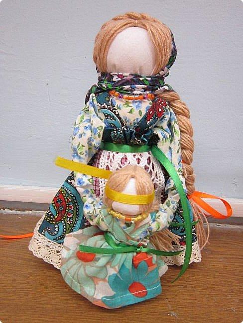 """Здравствуйте, когда на Вашем сайте был объявлен конкурс """"Дети планеты"""", моя ученица 7 класса Эрис Дарина сразу же откликнулась на мое предложение принять участие в данном творческом мероприятии и выбрала для себя номинацию ««Куклы (игрушки) народов мира».   Дарина человек творческий, целеустремленный, очень любит рисование и рукоделие, шьет красивые игрушки из фетра по собственным выкройкам.  На уроках технологии я познакомила девочек с традиционными славянскими обережными куклами и провела мастер-класс по изготовлению кукол к Пасхе. Дарину очень заинтересовало это декоративно-прикладное направление и она приняла решение выполнить творческий проект по изготовлению народной куклы, предварительно поискав на великих просторах Интернета дополнительный материал, связанный с историей и технологией изготовления тряпичных кукол. Выбор пал на куклу Ведучка. Дарина предлагает свой мастер-класс по изготовлению обереговой куклы столбушки-скрутки  Ведучка.  Ведучка — мать, бабушка, крёстная, сестра, а возможно, и мачеха или воспитательница, то есть та женщина, которая ведёт ребёнка за руку. Ведучка передаёт ребёнку свои знания, умения, учит быть в ладу с собой и окружающим миром, наставляет, одним словом -ведет по жизни…Ведучка — знающая берегиня,  трепетно и с любовью помогает своей воспитаннице познавать себя и окружающий её мир. Особенность Ведучки – руки женщины и ребёнка как одно целое. фото 1"""