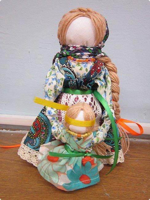 """Здравствуйте, когда на Вашем сайте был объявлен конкурс """"Дети планеты"""", моя ученица 7 класса Эрис Дарина сразу же откликнулась на мое предложение принять участие в данном творческом мероприятии и выбрала для себя номинацию ««Куклы (игрушки) народов мира».   Дарина человек творческий, целеустремленный, очень любит рисование и рукоделие, шьет красивые игрушки из фетра по собственным выкройкам.  На уроках технологии я познакомила девочек с традиционными славянскими обережными куклами и провела мастер-класс по изготовлению кукол к Пасхе. Дарину очень заинтересовало это декоративно-прикладное направление и она приняла решение выполнить творческий проект по изготовлению народной куклы, предварительно поискав на великих просторах Интернета дополнительный материал, связанный с историей и технологией изготовления тряпичных кукол. Выбор пал на куклу Ведучка. Дарина предлагает свой мастер-класс по изготовлению обереговой куклы столбушки-скрутки  Ведучка.  Ведучка — мать, бабушка, крёстная, сестра, а возможно, и мачеха или воспитательница, то есть та женщина, которая ведёт ребёнка за руку. Ведучка передаёт ребёнку свои знания, умения, учит быть в ладу с собой и окружающим миром, наставляет, одним словом -ведет по жизни…Ведучка — знающая берегиня,  трепетно и с любовью помогает своей воспитаннице познавать себя и окружающий её мир. Особенность Ведучки – руки женщины и ребёнка как одно целое. фото 12"""