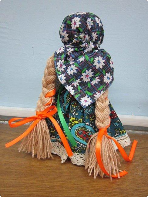 """Здравствуйте, когда на Вашем сайте был объявлен конкурс """"Дети планеты"""", моя ученица 7 класса Эрис Дарина сразу же откликнулась на мое предложение принять участие в данном творческом мероприятии и выбрала для себя номинацию ««Куклы (игрушки) народов мира».   Дарина человек творческий, целеустремленный, очень любит рисование и рукоделие, шьет красивые игрушки из фетра по собственным выкройкам.  На уроках технологии я познакомила девочек с традиционными славянскими обережными куклами и провела мастер-класс по изготовлению кукол к Пасхе. Дарину очень заинтересовало это декоративно-прикладное направление и она приняла решение выполнить творческий проект по изготовлению народной куклы, предварительно поискав на великих просторах Интернета дополнительный материал, связанный с историей и технологией изготовления тряпичных кукол. Выбор пал на куклу Ведучка. Дарина предлагает свой мастер-класс по изготовлению обереговой куклы столбушки-скрутки  Ведучка.  Ведучка — мать, бабушка, крёстная, сестра, а возможно, и мачеха или воспитательница, то есть та женщина, которая ведёт ребёнка за руку. Ведучка передаёт ребёнку свои знания, умения, учит быть в ладу с собой и окружающим миром, наставляет, одним словом -ведет по жизни…Ведучка — знающая берегиня,  трепетно и с любовью помогает своей воспитаннице познавать себя и окружающий её мир. Особенность Ведучки – руки женщины и ребёнка как одно целое. фото 14"""