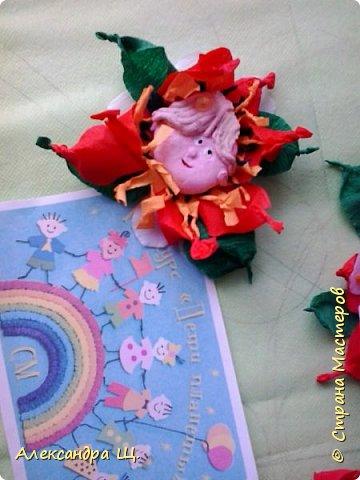 """""""Классный цветок"""" распустился в СОШ нашего города Архангельска)) Классный потому, что состоит он из   маленьких цветочков,а в каждом цветочке автопортет . Всего 27 цветочков, 14 мальчиков и 13 девочек, весь класс  - """"Классный цветок"""". Долго думали как же нам его назвать...А когда Увидели результат! Все хором сказали Клаааас!!!  фото 15"""