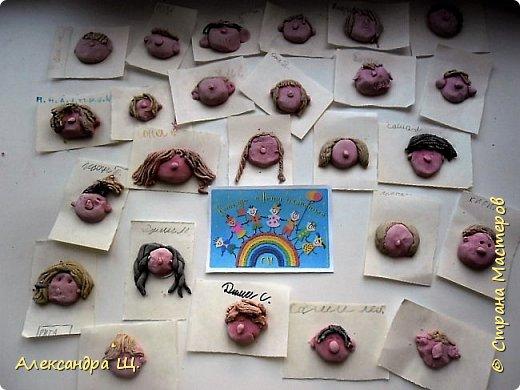 """""""Классный цветок"""" распустился в СОШ нашего города Архангельска)) Классный потому, что состоит он из   маленьких цветочков,а в каждом цветочке автопортет . Всего 27 цветочков, 14 мальчиков и 13 девочек, весь класс  - """"Классный цветок"""". Долго думали как же нам его назвать...А когда Увидели результат! Все хором сказали Клаааас!!!  фото 11"""