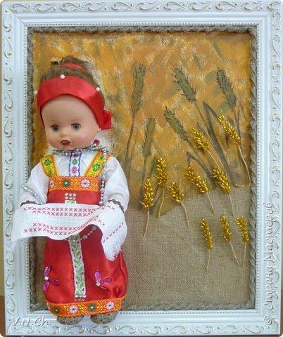Ирина рассказала историю , с которой началась  её работа над поделкой.  «Как -то вечером перебирали игрушки, убрать те, с которыми уже не играю, чтобы отдать соседским деткам. Нашли пупса-голыша. Бабушка сказала, что это кукла моей мамы. И она же предложила одеть куклу в простой русский костюм, «как раньше».  фото 1