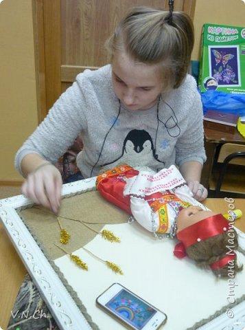 Ирина рассказала историю , с которой началась  её работа над поделкой.  «Как -то вечером перебирали игрушки, убрать те, с которыми уже не играю, чтобы отдать соседским деткам. Нашли пупса-голыша. Бабушка сказала, что это кукла моей мамы. И она же предложила одеть куклу в простой русский костюм, «как раньше».  фото 18