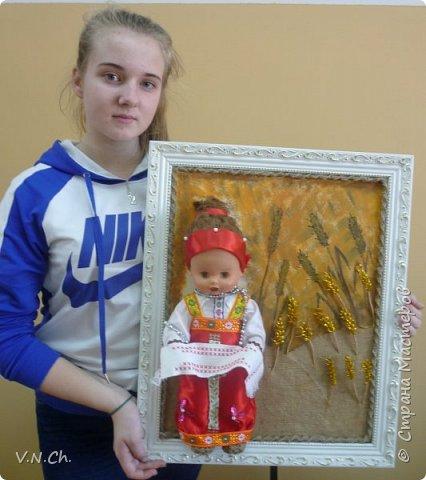 Ирина рассказала историю , с которой началась  её работа над поделкой.  «Как -то вечером перебирали игрушки, убрать те, с которыми уже не играю, чтобы отдать соседским деткам. Нашли пупса-голыша. Бабушка сказала, что это кукла моей мамы. И она же предложила одеть куклу в простой русский костюм, «как раньше».  фото 19