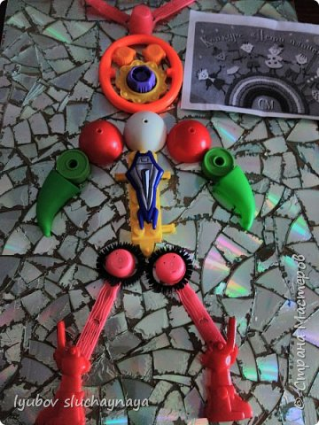 Здравствуйте, дорогие жители Страны Мастеров! Очень захотелось поучаствовать в конкурсе и в этой номинации - фантастический мир будущего. Думаю, что в будущем дети будут играть в роботов. И мне придумался вот такой необычный робот - из бросового материала. Зачем покупать робота в магазине за бешеные деньги, когда можно дома своими руками сделать игрушку, можно сказать из мусора, из того, что мы выкидываем.  Робот этот непременно Игрушкой станет современной! фото 10