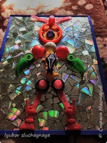 Здравствуйте, дорогие жители Страны Мастеров! Очень захотелось поучаствовать в конкурсе и в этой номинации - фантастический мир будущего. Думаю, что в будущем дети будут играть в роботов. И мне придумался вот такой необычный робот - из бросового материала. Зачем покупать робота в магазине за бешеные деньги, когда можно дома своими руками сделать игрушку, можно сказать из мусора, из того, что мы выкидываем.  Робот этот непременно Игрушкой станет современной! фото 12