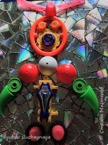 Здравствуйте, дорогие жители Страны Мастеров! Очень захотелось поучаствовать в конкурсе и в этой номинации - фантастический мир будущего. Думаю, что в будущем дети будут играть в роботов. И мне придумался вот такой необычный робот - из бросового материала. Зачем покупать робота в магазине за бешеные деньги, когда можно дома своими руками сделать игрушку, можно сказать из мусора, из того, что мы выкидываем.  Робот этот непременно Игрушкой станет современной! фото 13