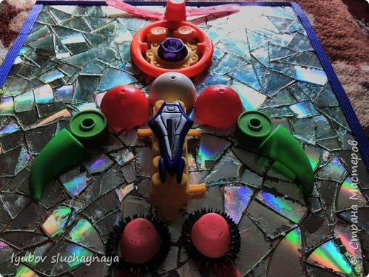 Здравствуйте, дорогие жители Страны Мастеров! Очень захотелось поучаствовать в конкурсе и в этой номинации - фантастический мир будущего. Думаю, что в будущем дети будут играть в роботов. И мне придумался вот такой необычный робот - из бросового материала. Зачем покупать робота в магазине за бешеные деньги, когда можно дома своими руками сделать игрушку, можно сказать из мусора, из того, что мы выкидываем.  Робот этот непременно Игрушкой станет современной! фото 15