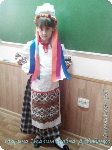 Для участия в конкурсе девочка (ученица 2 класса) использовала готовый рушник (с нанесенным рисунком). Его разрезали на 4 части: две - для рукавов и одна для фартука). Костюм шился на девочку, но в срочном порядке пришлось делать куклу, которую теперь и облачили в костюм.  фото 14