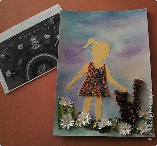 Любимое животное Насти - кошка.Настя показала в своей работе эпизод из своей жизни. Несколько лет назад она подобрала бездомного котенка. Работа выполнена в смешанной технике: торцевание (котенок), аппликация из салфеточных жгутиков (облака, сарафан, трава, волосы), бумагопластика (ромашки) фото 4