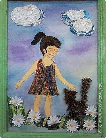 Любимое животное Насти - кошка.Настя показала в своей работе эпизод из своей жизни. Несколько лет назад она подобрала бездомного котенка. Работа выполнена в смешанной технике: торцевание (котенок), аппликация из салфеточных жгутиков (облака, сарафан, трава, волосы), бумагопластика (ромашки) фото 1