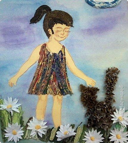 Любимое животное Насти - кошка.Настя показала в своей работе эпизод из своей жизни. Несколько лет назад она подобрала бездомного котенка. Работа выполнена в смешанной технике: торцевание (котенок), аппликация из салфеточных жгутиков (облака, сарафан, трава, волосы), бумагопластика (ромашки) фото 6
