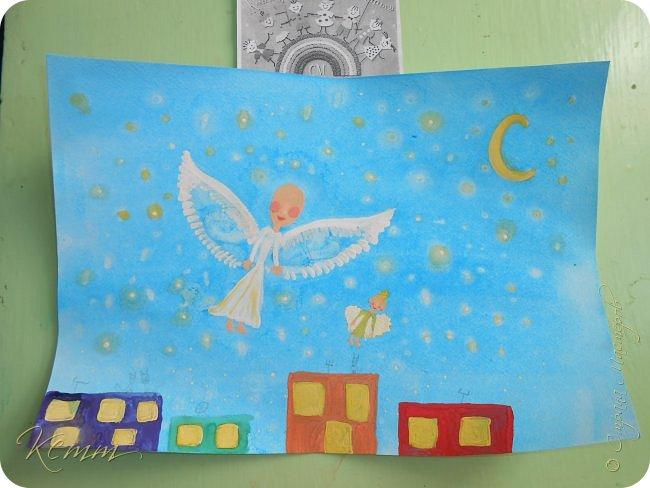 Снежанна мечтает, что в будущем дети научатся летать, чтобы по ночам гулять по звездному небу.... Она нарисовала себя и свою куклу,как им хорошо и радостно летать между яркими звездочками,над разноцветными домами...В окнах горят огни.....они распахнуты и ждут своих хозяев домой,а может приглашают в гости.....По крышам гуляют беспечные коты.....А дети с игрушками летают,летают в мирном небе над миром фото 3