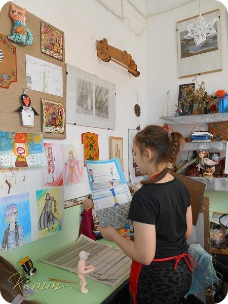 Полина нарисовала самое любимое занятие после рисования - это танцы. Она занимается танцами с шести лет. На рисунке она перед зеркалом у станка. А в зеркале отражается любимый учитель  и подруга. фото 5