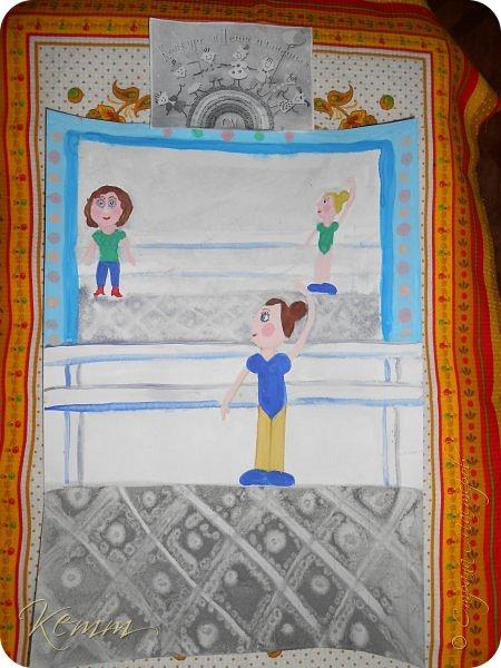 Полина нарисовала самое любимое занятие после рисования - это танцы. Она занимается танцами с шести лет. На рисунке она перед зеркалом у станка. А в зеркале отражается любимый учитель  и подруга. фото 6
