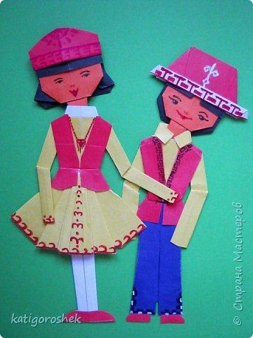 Эти две сестрички в русских народных костюмах. А выполнила их ученица второго класса. Ножницы в ходе складывания кукол и берёзки не использовались. Разве, чёлочку немного уточнили. Нам кажется, что такие костюмы в народном стиле с удовольствием будут носить и современные девочки. Пусть не каждый день, но и другую одежду мы меняем в зависимости от настроения и учитывая место, куда собираемся отправиться. фото 10