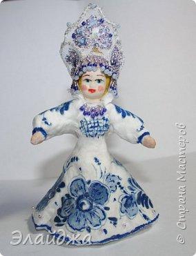 """Кокошник, известный на Руси еще в XVII веке, в XVIII—XIX веках был одним из самых распространенных русских головных уборов. И в наше время он является символом русского женского национального костюма.Долгое время кокошник был частью не только народного костюма, его носили царицы, боярыни и боярышни. Само слово """"кокошник"""" происходит от славянского """"кокош"""", обозначавшего курицу   Богато рассшитые кокошники одевались по праздникам и стоили больших денег. ведь расшивали его  жемчугами и драгоценными каменьями, а нитки использовались даже серебрянные и золотые. Такие кокошники передавались по наследству Головной убор составлял важную часть женского русского костюма, он издавна считался оберегом от злых чар фото 1"""