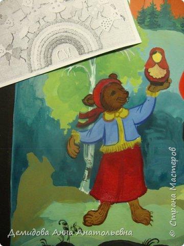 Здравствуйте мастера и мастерицы сайта!  Все мы знаем, что кроме государственных официальных символов(флаг, герб, гимн) есть еще так называемые неофициальные символы. Такие, с чем ассоциируется Россия в сознании иностранцев.  Работа представляет собой панно в миниатюрной живописи с. Холуя Ивановской области. Изображены в русской традиционной одежде медведи, около берез и на фоне Кремля. В середине медведь балалаечник озорно играет и пляшет, справа медведь держит в лапах самовар,а слева демонстрирует матрешку. Внизу распустились ромашки. фото 4