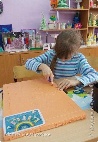 Представляем на конкурс работу Нарышкиной Екатерины в технике кинусайга. Кате 8 лет, учится она в первом классе. Катя очень любит разных животных. Дома у нее живут хомячки и рыбки, а еще Катя мечтает о котенке. Вот и решила она рассказать о своей мечте - сделать картину с кошкой и котенком. фото 3