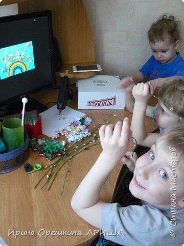 Ах, какая замечательная тема «Дети – цветы жизни»! Нежные, очаровательные, близкие сердцу детишки. Невозможно остаться равнодушным. И вот повеяло, закружило: дети-цветы-счастье-карусель. Дети катаются на карусели, смеются. Это одно из самых ярких впечатлений детства: радость, лёгкость, веселье, безмятежность. Вот так и получилась наша «Цветочная карусель». фото 3