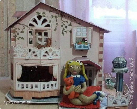 я слепила из пластилина девочку с любимой игрушкой фото 6