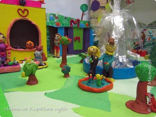 Вот таким ребята видят город будущего: в нём много зелени, есть приют для животных, в парке сажают деревья, есть фонтан и цветники. А транспорт ездит наверху, прямо из дома в дом, не мешая горожанам отдыхать и гулять с детьми. В домах необычные круглые окна, на балконах цветы, на крыше дома сад. фото 3