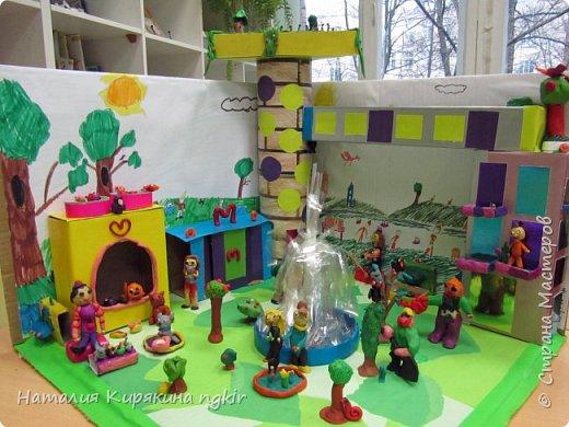 Вот таким ребята видят город будущего: в нём много зелени, есть приют для животных, в парке сажают деревья, есть фонтан и цветники. А транспорт ездит наверху, прямо из дома в дом, не мешая горожанам отдыхать и гулять с детьми. В домах необычные круглые окна, на балконах цветы, на крыше дома сад. фото 1