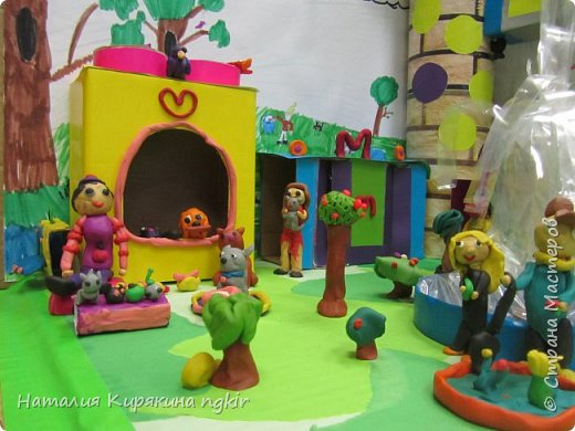 Вот таким ребята видят город будущего: в нём много зелени, есть приют для животных, в парке сажают деревья, есть фонтан и цветники. А транспорт ездит наверху, прямо из дома в дом, не мешая горожанам отдыхать и гулять с детьми. В домах необычные круглые окна, на балконах цветы, на крыше дома сад. фото 4