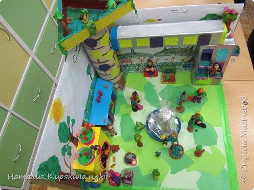 Вот таким ребята видят город будущего: в нём много зелени, есть приют для животных, в парке сажают деревья, есть фонтан и цветники. А транспорт ездит наверху, прямо из дома в дом, не мешая горожанам отдыхать и гулять с детьми. В домах необычные круглые окна, на балконах цветы, на крыше дома сад. фото 6