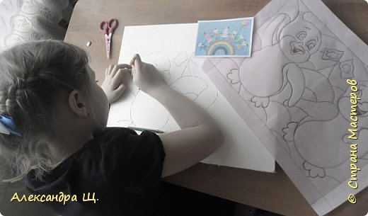 Работа моих учениц Вероники и Марии. Девочки решили объединиться, так как их работы по мотивам замечательного мультфильма о храбром пингвиненке Лоло.  Начну с того,что в нашей творческой мастерской , большое внимание уделяется холодным районам земли. Северный Ледовитый океан (северный полюс) и Антарктида (южный полюс).  В процессе творчества дети узнают природные зоны, особенности строения северных плавающих животных, о суровой среде обитания,   интересные факты, легенды и мифы  о них. Используя разные материалы, через образы и творчество, занятия   помогают  детям ощутить единство всего живого, хрупкость и уязвимость планеты,  учит ответственности за чистоту и сохранность природы. Прежде чем приступить к выполнению какого - либо животного, мы рассматриваем информацию из красной книги, смотрим документальные фильмы и конечно мультфильмы (по возможности). Так совпало,что последняя наша тема, перед конкурсом, была Антарктида. Когда мы лепили, рисовали или плели из бисера пингвинов, все конечно вспоминали  и наперебой рассказывали о  приключениях двух маленьких пингвинят, мальчике Лоло и девочке Пепе. Техника Кинусайга набирает обороты в Стране Мастеров! Столько замечательных, ярких работ! Маша и Вероника  с выбором сюжета и техники, долго не думали. Антарктида в технике Кинусайга. Нарисовали эскизы и за дело! В качестве символа, на этой картинке, изобразили флаги  Антарктиды. фото 4