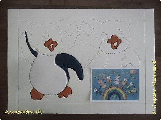 Работа моих учениц Вероники и Марии. Девочки решили объединиться, так как их работы по мотивам замечательного мультфильма о храбром пингвиненке Лоло.  Начну с того,что в нашей творческой мастерской , большое внимание уделяется холодным районам земли. Северный Ледовитый океан (северный полюс) и Антарктида (южный полюс).  В процессе творчества дети узнают природные зоны, особенности строения северных плавающих животных, о суровой среде обитания,   интересные факты, легенды и мифы  о них. Используя разные материалы, через образы и творчество, занятия   помогают  детям ощутить единство всего живого, хрупкость и уязвимость планеты,  учит ответственности за чистоту и сохранность природы. Прежде чем приступить к выполнению какого - либо животного, мы рассматриваем информацию из красной книги, смотрим документальные фильмы и конечно мультфильмы (по возможности). Так совпало,что последняя наша тема, перед конкурсом, была Антарктида. Когда мы лепили, рисовали или плели из бисера пингвинов, все конечно вспоминали  и наперебой рассказывали о  приключениях двух маленьких пингвинят, мальчике Лоло и девочке Пепе. Техника Кинусайга набирает обороты в Стране Мастеров! Столько замечательных, ярких работ! Маша и Вероника  с выбором сюжета и техники, долго не думали. Антарктида в технике Кинусайга. Нарисовали эскизы и за дело! В качестве символа, на этой картинке, изобразили флаги  Антарктиды. фото 5