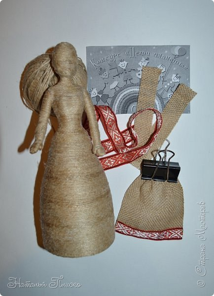 Всем привет! Принимайте ещё одну мою конкурсную работу - куколку-белорусочку. Женский народный костюм в Белоруссии более разнообразен, чем мужской, с выраженной национальной спецификой. Выделяются четыре комплекса: с юбкой и фартуком; с юбкой, фартуком и безрукавкой (гарсетом); с юбкой, к которой пришит лиф-корсет; с понёвой, фартуком, безрукавкой (гарсетом) (для работы я выбрала второй вариант). Наиболее ранние документальные известия о белорусской народной одежде относятся к XVI веку. Поскольку люди в те далёкие времена были гораздо ближе к природе, нежели сейчас, то и для создания одежды они использовали натуральные природные материалы. Ткани создавались из шерсти, конопли, крапивы и, конечно же, изо льна, благодаря которому получали буквально всё: от грубых серых мешков до тончайших белоснежных сорочек. К началу XX века облик белорусского костюма устоялся, сложились ярко-выраженные этнические особенности. Одна из важнейших характеристик белорусского костюма - необыкновенная устойчивость традиции. Вбирая в себя многообразные веяния на протяжении столетий, белорусский костюм долгое время сохранял неизменным крой некоторых предметов одежды, её форму, отдельные атрибуты костюма восходят ещё к языческой старине, в нём сохранились архаические черты, например, старинный орнамент и полосатый декор.  фото 3