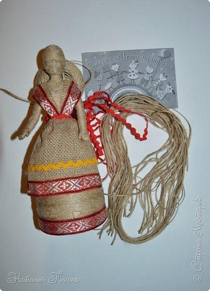 Всем привет! Принимайте ещё одну мою конкурсную работу - куколку-белорусочку. Женский народный костюм в Белоруссии более разнообразен, чем мужской, с выраженной национальной спецификой. Выделяются четыре комплекса: с юбкой и фартуком; с юбкой, фартуком и безрукавкой (гарсетом); с юбкой, к которой пришит лиф-корсет; с понёвой, фартуком, безрукавкой (гарсетом) (для работы я выбрала второй вариант). Наиболее ранние документальные известия о белорусской народной одежде относятся к XVI веку. Поскольку люди в те далёкие времена были гораздо ближе к природе, нежели сейчас, то и для создания одежды они использовали натуральные природные материалы. Ткани создавались из шерсти, конопли, крапивы и, конечно же, изо льна, благодаря которому получали буквально всё: от грубых серых мешков до тончайших белоснежных сорочек. К началу XX века облик белорусского костюма устоялся, сложились ярко-выраженные этнические особенности. Одна из важнейших характеристик белорусского костюма - необыкновенная устойчивость традиции. Вбирая в себя многообразные веяния на протяжении столетий, белорусский костюм долгое время сохранял неизменным крой некоторых предметов одежды, её форму, отдельные атрибуты костюма восходят ещё к языческой старине, в нём сохранились архаические черты, например, старинный орнамент и полосатый декор.  фото 4