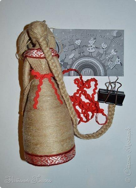 Всем привет! Принимайте ещё одну мою конкурсную работу - куколку-белорусочку. Женский народный костюм в Белоруссии более разнообразен, чем мужской, с выраженной национальной спецификой. Выделяются четыре комплекса: с юбкой и фартуком; с юбкой, фартуком и безрукавкой (гарсетом); с юбкой, к которой пришит лиф-корсет; с понёвой, фартуком, безрукавкой (гарсетом) (для работы я выбрала второй вариант). Наиболее ранние документальные известия о белорусской народной одежде относятся к XVI веку. Поскольку люди в те далёкие времена были гораздо ближе к природе, нежели сейчас, то и для создания одежды они использовали натуральные природные материалы. Ткани создавались из шерсти, конопли, крапивы и, конечно же, изо льна, благодаря которому получали буквально всё: от грубых серых мешков до тончайших белоснежных сорочек. К началу XX века облик белорусского костюма устоялся, сложились ярко-выраженные этнические особенности. Одна из важнейших характеристик белорусского костюма - необыкновенная устойчивость традиции. Вбирая в себя многообразные веяния на протяжении столетий, белорусский костюм долгое время сохранял неизменным крой некоторых предметов одежды, её форму, отдельные атрибуты костюма восходят ещё к языческой старине, в нём сохранились архаические черты, например, старинный орнамент и полосатый декор.  фото 5
