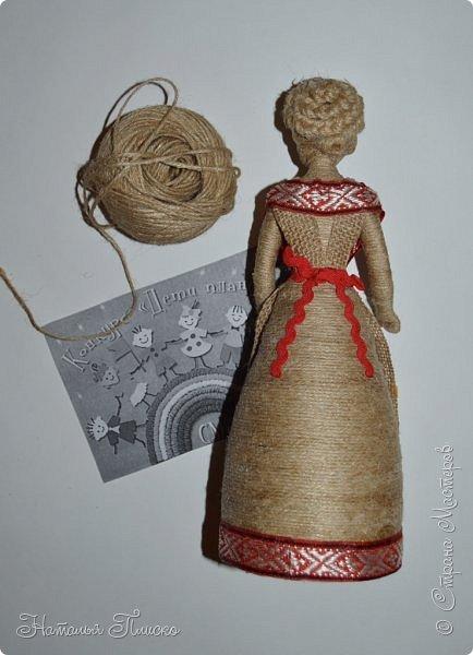 Всем привет! Принимайте ещё одну мою конкурсную работу - куколку-белорусочку. Женский народный костюм в Белоруссии более разнообразен, чем мужской, с выраженной национальной спецификой. Выделяются четыре комплекса: с юбкой и фартуком; с юбкой, фартуком и безрукавкой (гарсетом); с юбкой, к которой пришит лиф-корсет; с понёвой, фартуком, безрукавкой (гарсетом) (для работы я выбрала второй вариант). Наиболее ранние документальные известия о белорусской народной одежде относятся к XVI веку. Поскольку люди в те далёкие времена были гораздо ближе к природе, нежели сейчас, то и для создания одежды они использовали натуральные природные материалы. Ткани создавались из шерсти, конопли, крапивы и, конечно же, изо льна, благодаря которому получали буквально всё: от грубых серых мешков до тончайших белоснежных сорочек. К началу XX века облик белорусского костюма устоялся, сложились ярко-выраженные этнические особенности. Одна из важнейших характеристик белорусского костюма - необыкновенная устойчивость традиции. Вбирая в себя многообразные веяния на протяжении столетий, белорусский костюм долгое время сохранял неизменным крой некоторых предметов одежды, её форму, отдельные атрибуты костюма восходят ещё к языческой старине, в нём сохранились архаические черты, например, старинный орнамент и полосатый декор.  фото 6
