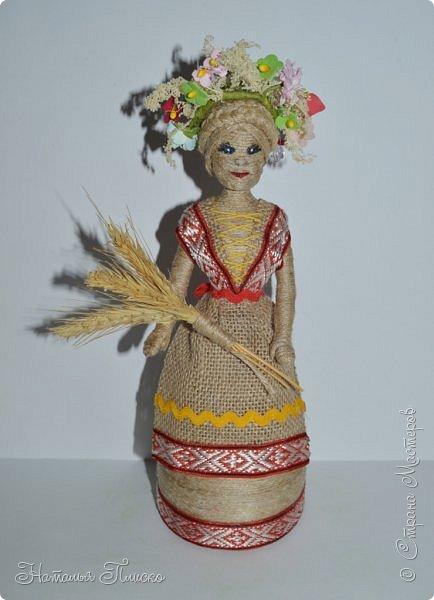 Всем привет! Принимайте ещё одну мою конкурсную работу - куколку-белорусочку. Женский народный костюм в Белоруссии более разнообразен, чем мужской, с выраженной национальной спецификой. Выделяются четыре комплекса: с юбкой и фартуком; с юбкой, фартуком и безрукавкой (гарсетом); с юбкой, к которой пришит лиф-корсет; с понёвой, фартуком, безрукавкой (гарсетом) (для работы я выбрала второй вариант). Наиболее ранние документальные известия о белорусской народной одежде относятся к XVI веку. Поскольку люди в те далёкие времена были гораздо ближе к природе, нежели сейчас, то и для создания одежды они использовали натуральные природные материалы. Ткани создавались из шерсти, конопли, крапивы и, конечно же, изо льна, благодаря которому получали буквально всё: от грубых серых мешков до тончайших белоснежных сорочек. К началу XX века облик белорусского костюма устоялся, сложились ярко-выраженные этнические особенности. Одна из важнейших характеристик белорусского костюма - необыкновенная устойчивость традиции. Вбирая в себя многообразные веяния на протяжении столетий, белорусский костюм долгое время сохранял неизменным крой некоторых предметов одежды, её форму, отдельные атрибуты костюма восходят ещё к языческой старине, в нём сохранились архаические черты, например, старинный орнамент и полосатый декор.  фото 7
