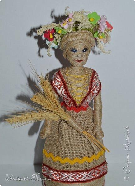 Всем привет! Принимайте ещё одну мою конкурсную работу - куколку-белорусочку. Женский народный костюм в Белоруссии более разнообразен, чем мужской, с выраженной национальной спецификой. Выделяются четыре комплекса: с юбкой и фартуком; с юбкой, фартуком и безрукавкой (гарсетом); с юбкой, к которой пришит лиф-корсет; с понёвой, фартуком, безрукавкой (гарсетом) (для работы я выбрала второй вариант). Наиболее ранние документальные известия о белорусской народной одежде относятся к XVI веку. Поскольку люди в те далёкие времена были гораздо ближе к природе, нежели сейчас, то и для создания одежды они использовали натуральные природные материалы. Ткани создавались из шерсти, конопли, крапивы и, конечно же, изо льна, благодаря которому получали буквально всё: от грубых серых мешков до тончайших белоснежных сорочек. К началу XX века облик белорусского костюма устоялся, сложились ярко-выраженные этнические особенности. Одна из важнейших характеристик белорусского костюма - необыкновенная устойчивость традиции. Вбирая в себя многообразные веяния на протяжении столетий, белорусский костюм долгое время сохранял неизменным крой некоторых предметов одежды, её форму, отдельные атрибуты костюма восходят ещё к языческой старине, в нём сохранились архаические черты, например, старинный орнамент и полосатый декор.  фото 8