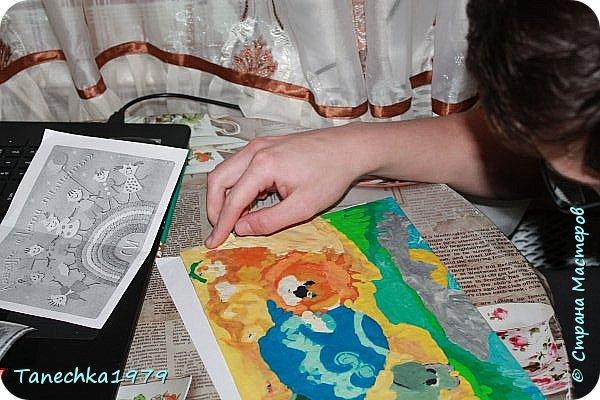 """Здравствуйте, мастера и мастерицы, Страны Мастеров! Хочу представить вам работу моего сына и по совместительству ученика (иногда появляется у меня на занятиях), из данных номинаций Никита выбрал """"Голубой вагон сказок"""". В детстве очень любил слушать и читать сказки, смотреть мультфильмы. Долго выбирать не пришлось - решил сделать картину в технике обратная аппликация из пластилина (в такой технике Никита не работал, но лепит из пластилина с 3х лет - это его любимый рабочий материал). Нашел в интернете картинку из мультфильма «Как Львёнок и Черепаха пели песню». В детстве очень любил этот мультик, а особенно песенку, которую пел вместе с героями. Это советский музыкальный рисованный  мультфильм по сказке Сергея Козлова. Режиссер Инесса Ковалевская, музыка Геннадия Гладкова. Премьера состоялась в 1974 году.  фото 11"""